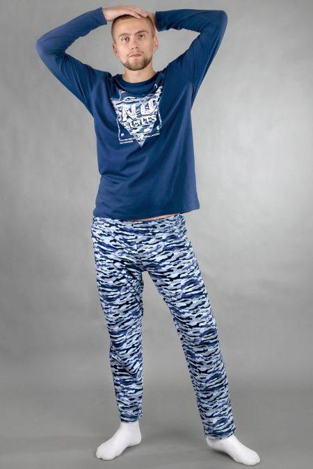 Model ma 180 cm wzrostu i ubrany jest w piżamę o rozmiarze L